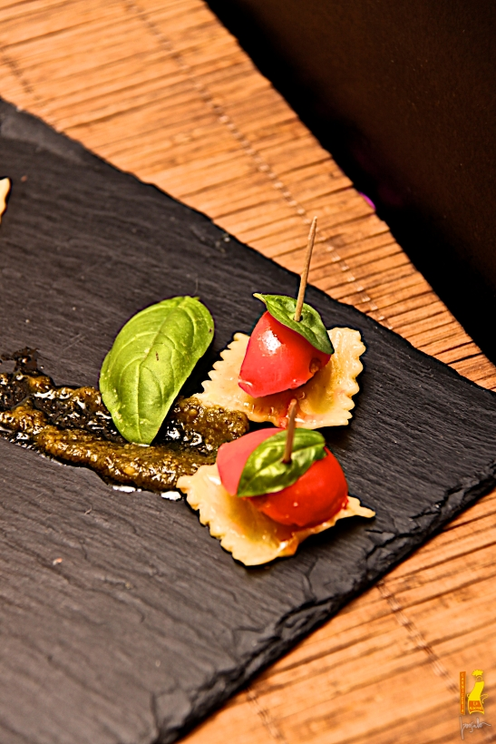 tomates cherry y albahaca