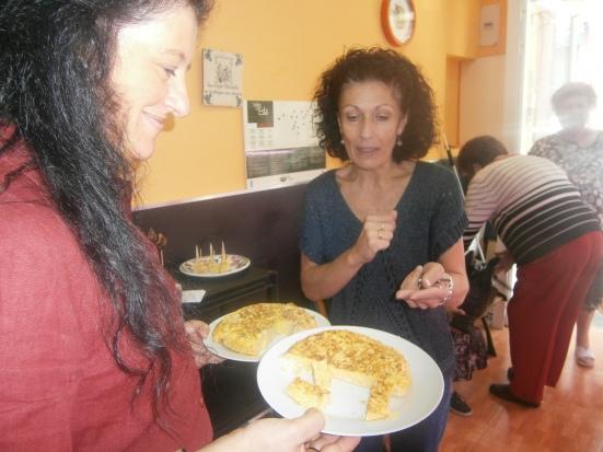 Una clienta ante las tortillas sorpresa